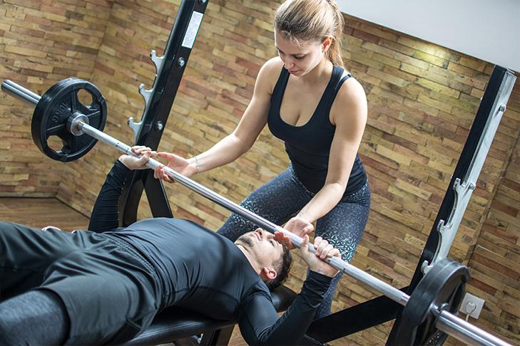 Paar zusammen im Fitness-Studio