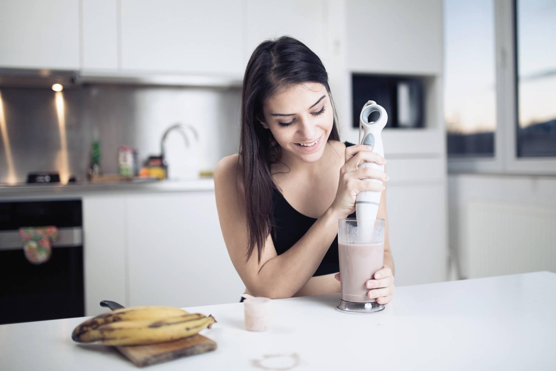 Protein shake zubereiten mit der richtigen Menge an Protein für deinen Tagesbedarf